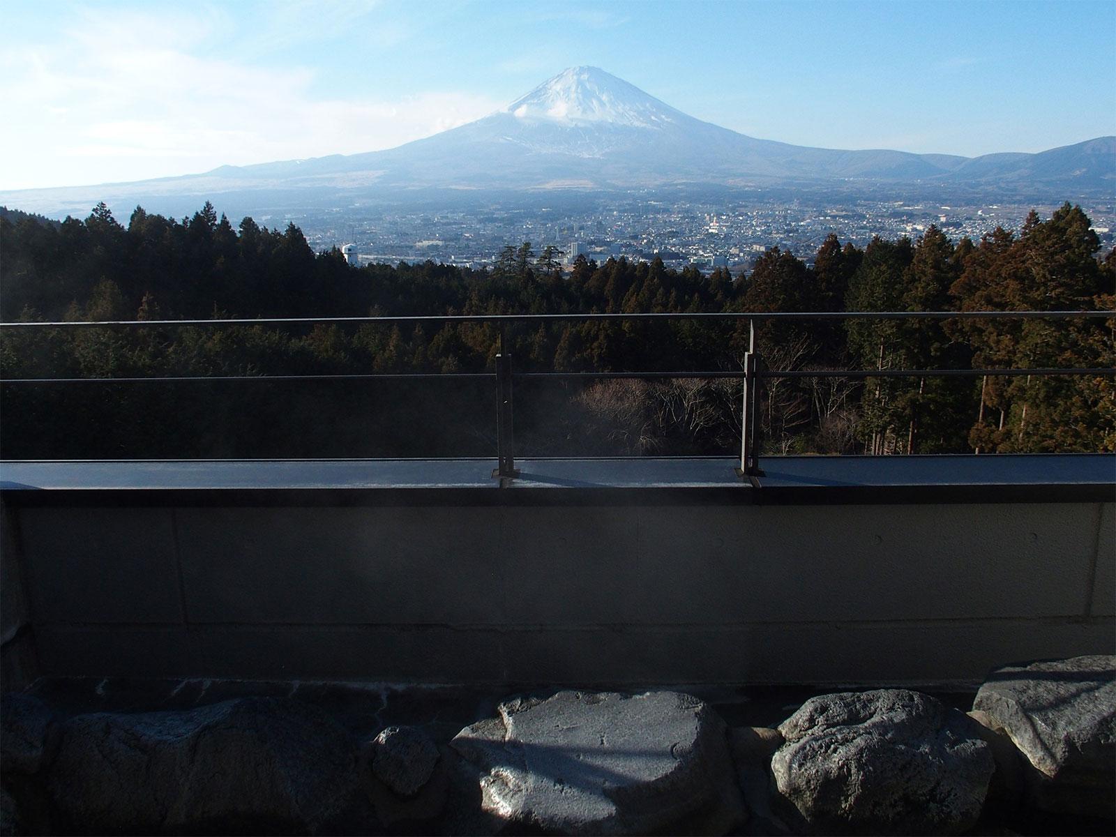 湯船に浸かりながら、富士山を望む。